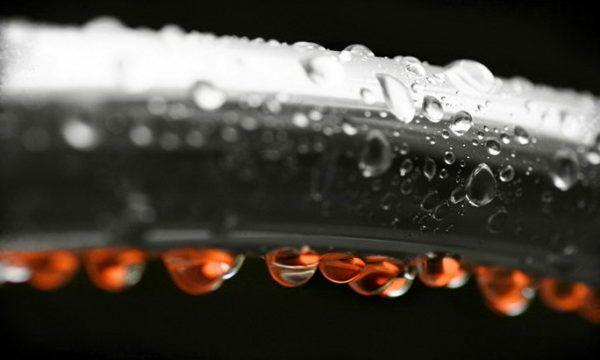 Condens pe conductele de apă rece care fac