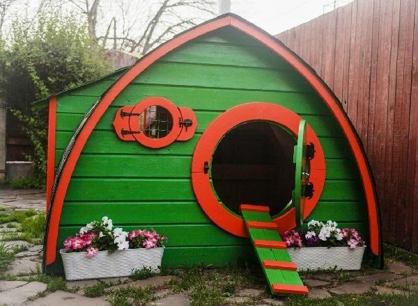 Casa hobbit pentru puii de găină