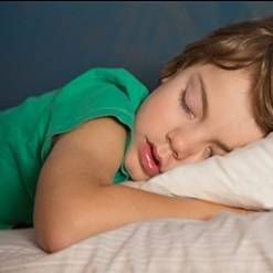 Prečo dieťa škrípal zubami a chvenie v spánku