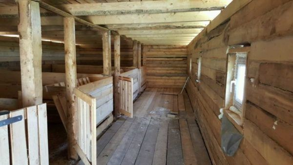 peretele din lemn al unui hambar